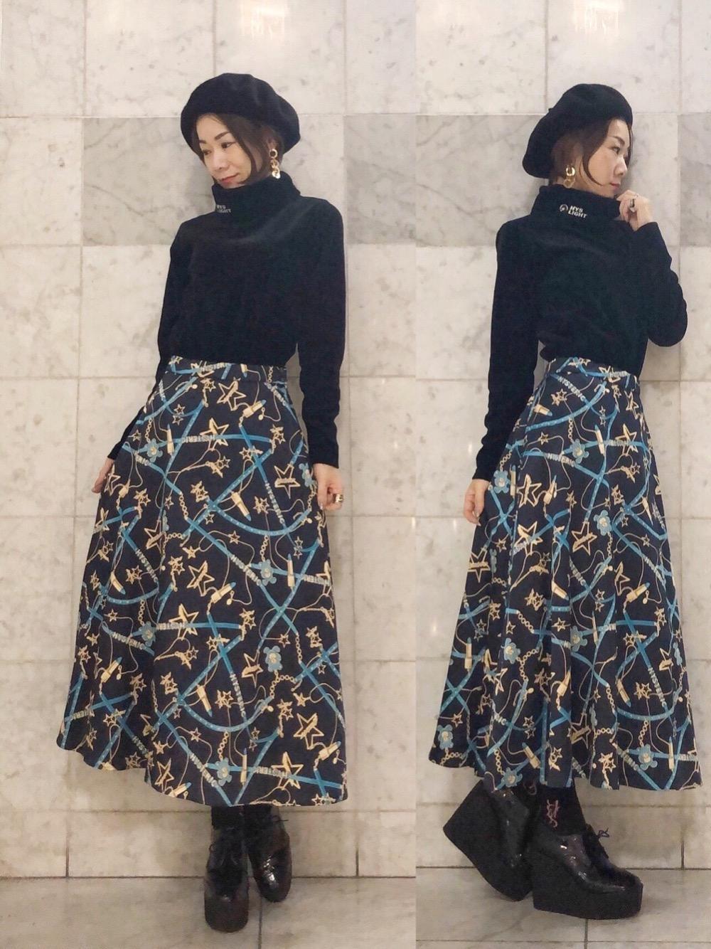 刺繍タートルネックとミモレ丈スカート