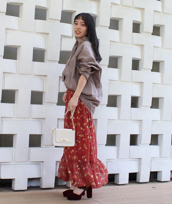花柄スカートをシャツでドレスダウン