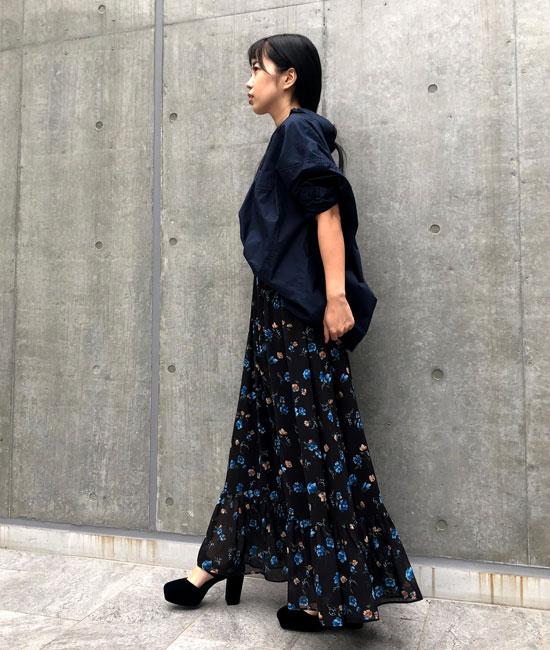 花柄スカートのシャツコーデ
