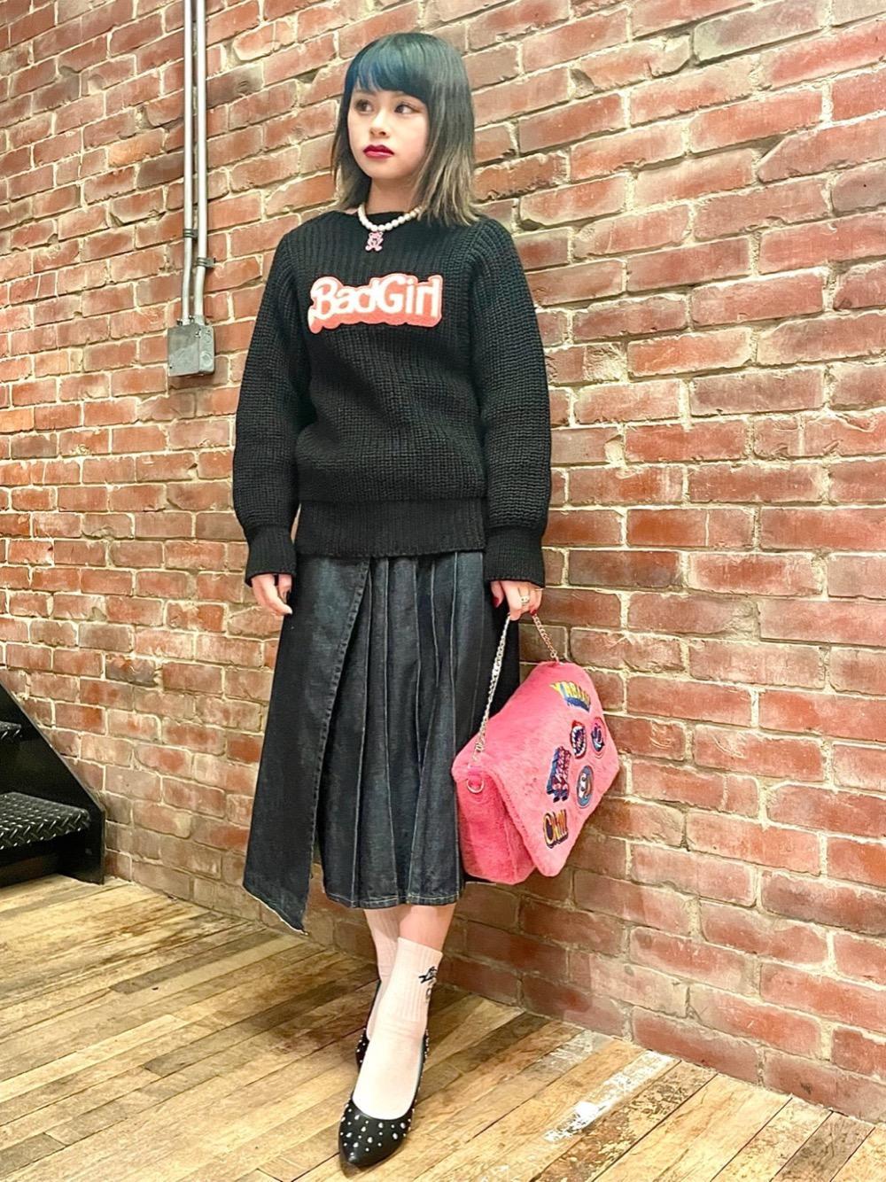 ブラック×ピンクのガーリーなコーディネートを組んでみました💗 普段ロングスカートはあまり履かないですが、このラッププリーツのデザインは好きでコーディネートに取り入れたくなります👗