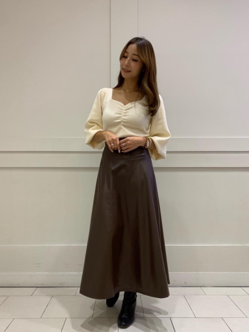 流行のレザースカートで綺麗目コーデ