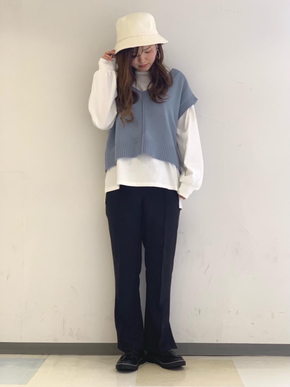 ブルー×ホワイトのトレンドコーデ