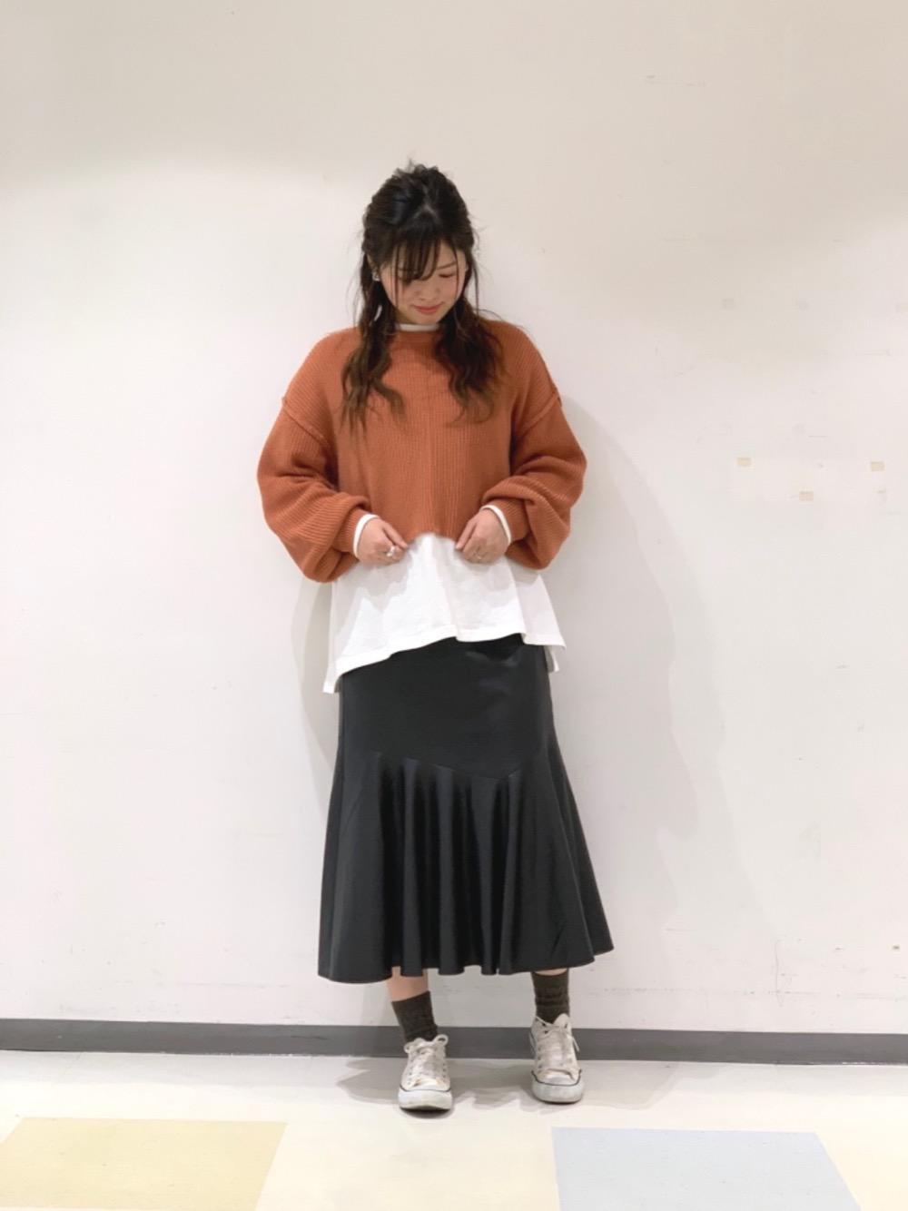 オレンジ×レザーのカジュアルコーデ