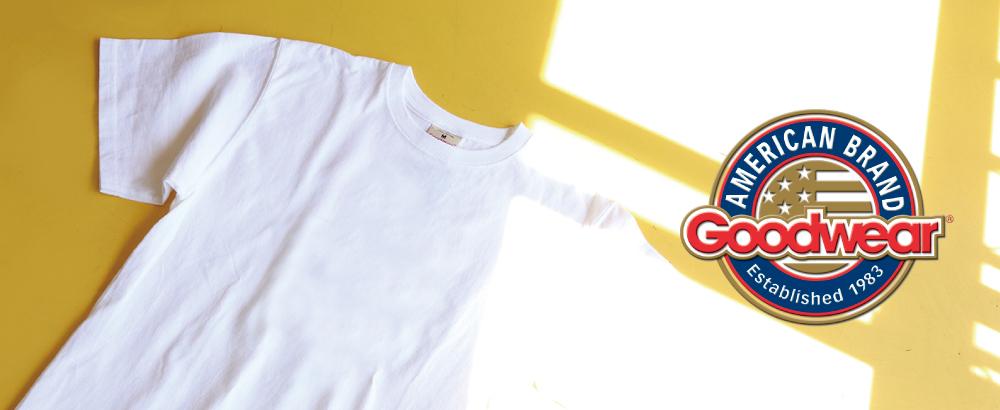 U.S.A.メイドのタフなTシャツ! クローゼットに一枚欲しいGoodwear(グッドウェア)   1983年アメリカのマサチューセッツ州エセックス、ビバリーにて誕生したGoodwear。 Madein U.S.A(米国製)の7.2ozのヘヴィーウェイトコットンのポケットTを中心に展開し、肉厚のボディと型崩れしにくいタフなボディに多くのファンを持つもつ老舗Tシャツブランドです。   そんなGoodwearの定番白Tから、カレッジプリントまで豊富に揃えました。 毎日着たくなるような上質なTシャツでインナーとしてもトップスとしても使いやすく使用頻度の高いアイテムです。 着込めば着込むほど身体に馴染み愛着が湧いてくるので長いスパンで愛される商品です。 00000