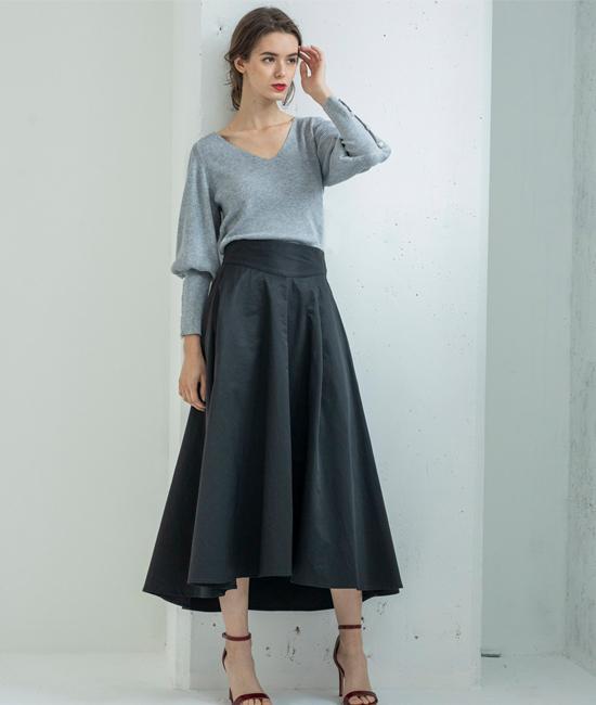秋トレンドのふんわりタフタスカートも 長めの丈感でドラマティックな佇まいに